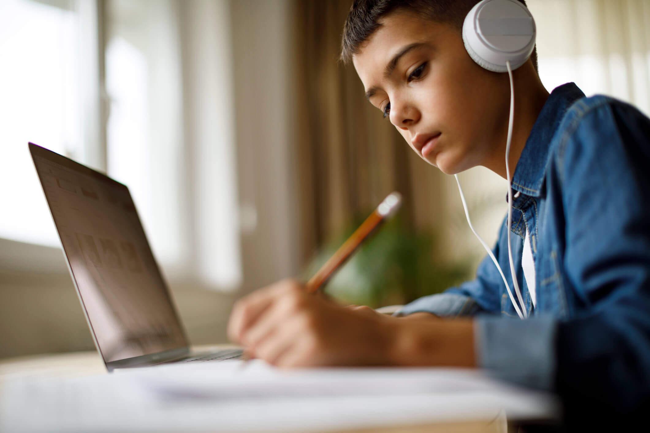 Avec la méthode de classe inversée, l'élève se familiarise avec son cours grâce aux ressources en ligne qui lui sont envoyées.